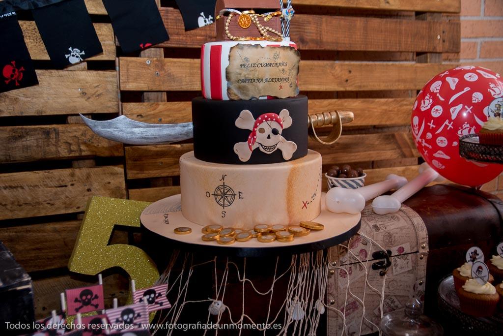 tarta de tres pisos de fondant para fiesta de piratas