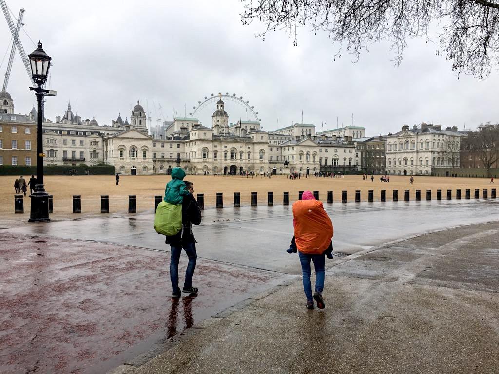 Mochilas de montaña y plásticos para la lluvia en viaje a Londres con niños