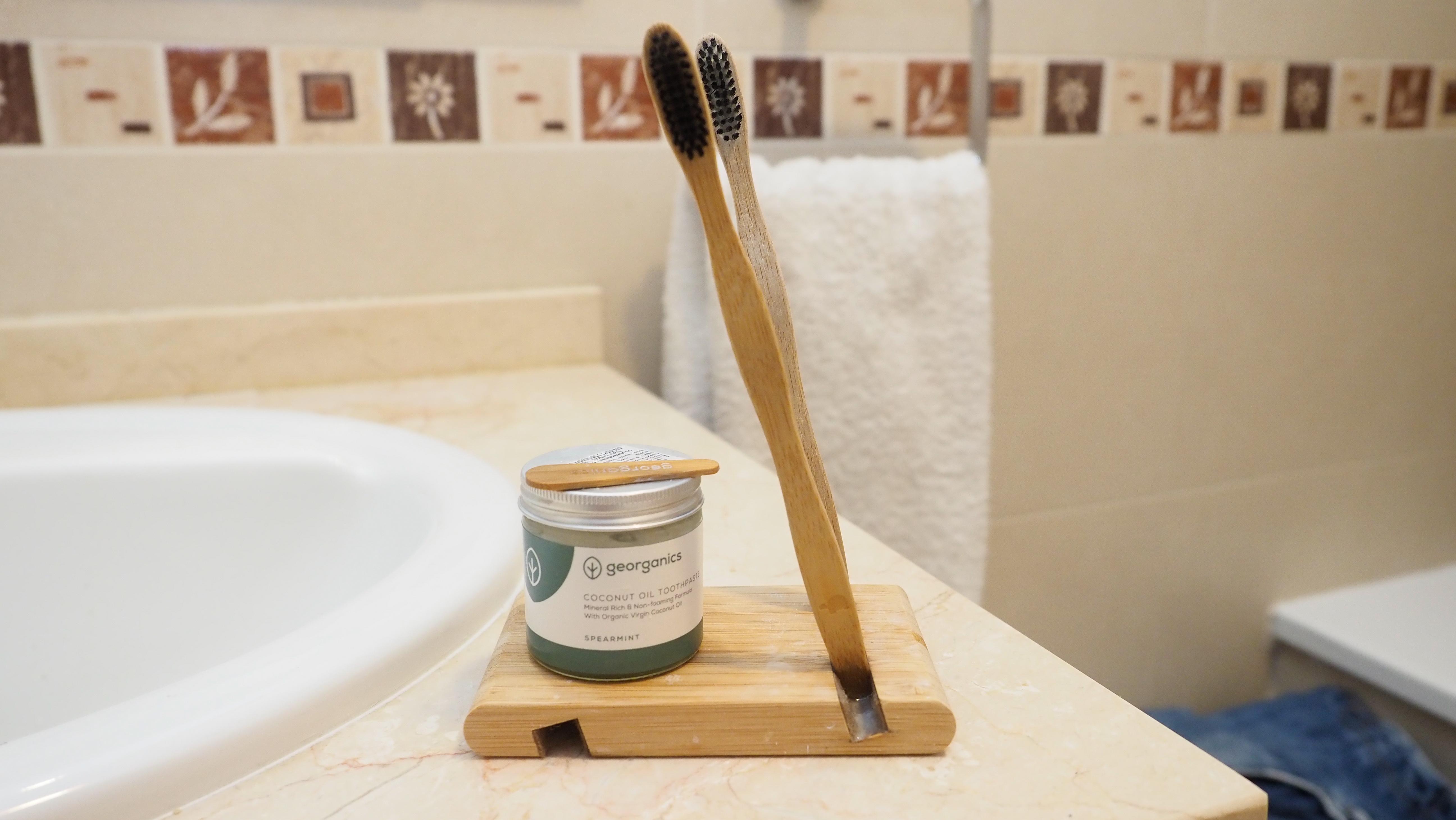 cepillos de bambú y crema de dientes ecologica