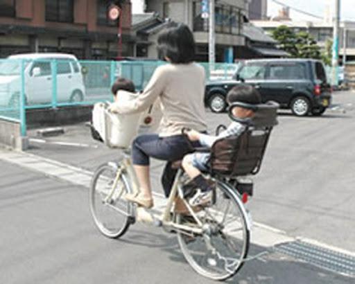 Japoneses circulando en bicicleta